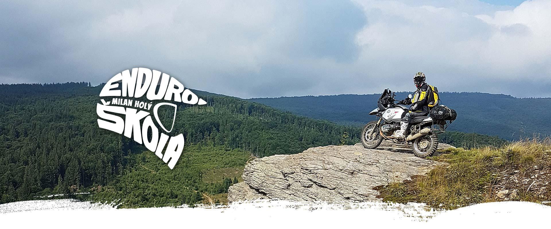 motorkář na pozadí